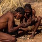 Bushmen Namibie faisant du feu